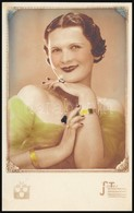 Cca 1930 Kézzel Színezett Női Portrék, 2 Db Jelzett Vintage Műtermi Fotó, 13,5x8,5 Cm és 27,3x20 Cm - Other Collections
