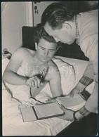 Cca 1950 Puskás Ferenc Az ágyában Dedikál. Saroktörés. / Ferenc Puskas Giving Autograph In His Bed. (Dog.ear) 12x17 Cm - Other Collections