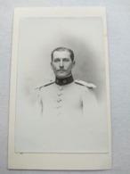 MILITARIA - Photo Ancienne CDV - Beau Portrait Militaire UNIFORME BLANC - 13 Sur Col - Lieutenant ? - Dos Muet - TBE - Photographs