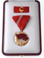 1957. 'A Munka Vörös Zászló Érdemrendje' Aranyozott, Zománcozott Br Kitüntetés Mellszalagon, Szalagsávon Miniatűrrel, Er - Zonder Classificatie