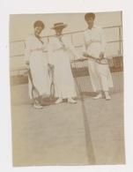FOTO + - 11 X 8 CM  JAREN 1915 A 1925  LIJMREST ACHTERAAN - Tennis
