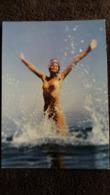 CPSM PHOTO CLAUDE NOYER JEUX D EAU JEUNE FEMME NUE S ECLABOUSSANT NATURISME ED P B - Pin-Ups