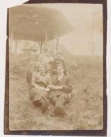 FOTO + - 11 X 8 CM  JAREN 1915 A 1925  LIJMREST ACHTERAAN - Anonieme Personen