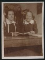 FOTO + - 11 X 8 CM  JAREN 1915 A 1925  LIJMREST ACHTERAAN - Anonyme Personen