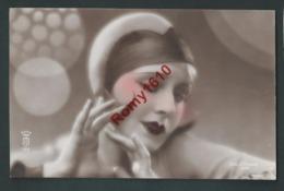 Portrait De Femme Avec Jolie Coiffe. Photo Colorisée à La Main. N°135 Photographe J. Mandel.   Année 1930. 2 Scan - Illustrateurs & Photographes