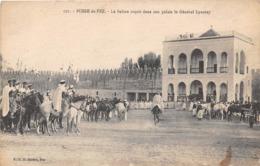 MAROC - FEZ - La Foire - Le Sultan Reçoit Dans Son Palais Le Général Lyautey - Fez
