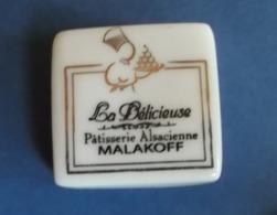 Fèves Fève Dessert PERSO PUBLICITAIRE La Delicieuse Patisserie Alsacienne MALAKOFF - Geluksbrengers