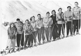 Carte-Photo à Identifier: Sports D'Hiver, Groupe De Skieurs En Station (Autriche?) - Echte Photographie - Postcards