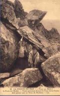 29 PLOGOFF La Porte De L'Enfer, Toute Persone Faisant Le Tour De La Pointe Doit Passser Par Ce Trou De Rochers - Animée - Plogoff