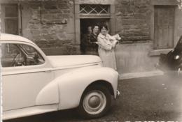Automobile : à Définir : Femme Tenant Un Bébé Devant Une Voiture - Arrière De Traction Citroen - Format 12,2cm X 8,4cm - Auto's