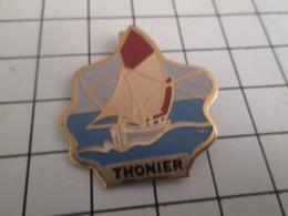 818a Pin's Pins / Beau Et Rare / THEME BATEAUX / VOILE VOILIER PECHE THONIER - Barcos