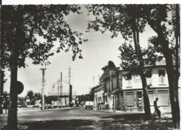 SAINT-PRIEST   (  ISÈRE  )   LE CARREFOUR ET LA RUE HENRI MARÉCHAL VERS 1960 - Autres Communes
