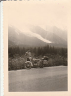 MOTO : à Définir : Moto Chargée En Panne Au Bord D'une Route De Montagne ( Format 12,5cm X 9cm ) - Ciclismo