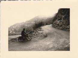 MOBYLETTE : à Définir : Difficile Montée D'une Route De Montagne ( Format 10cm X 7,5cm ) - Ciclismo