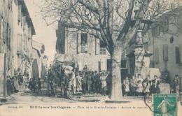 ST-ETIENNE-LES-ORGUES - PLACE DE LA GRANDE FONTAINE - ARRIVEE DU COURRIER ( DILIGENCE) - Otros Municipios