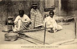 MADAGASCAR- UN METIER A TISSER MALGACHE - Madagascar