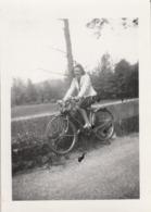 Cyclisme : Pin Up Sur Un Vélo ( Chantemerle Les Blés - Drome ) Format 9cm X 6,5cm - Ciclismo