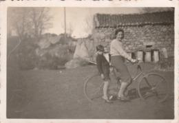 Cyclisme : Femme Et Enfant Sur Un Vélo ( Format 8,5cm X 6cm ) - Ciclismo