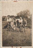 Cyclisme : Groupe De Cyclistes Au Camping Près Pour Le Départ ( Format 8,7cm X 6cm ) - Ciclismo