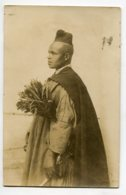 """AFRIQUE Belle CARTE PHOTO  Homme Son Sabre Et Son """" Plumeau """" Plumes Oiseaux  1910   D17 2019 - Postales"""