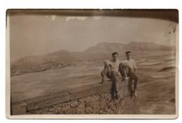CARTE PHOTO DE 1929 - 13 - MARSEILLE - 2 HOMMES ASSIS SUR UN MUR DE LA PLAGE - Autres