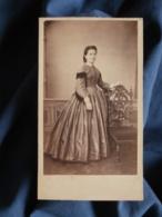 Photo CDV Anonyme - Jeune Femme Souriante En Pied, Robe à Crinoline, Second Empire,  Circa 1860 L470 - Old (before 1900)