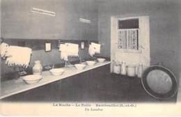78 - RAMBOUILLET - LA RUCHE : Le Patis - Un Lavabos - CPA - Yvelines - Rambouillet
