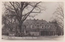 254923Druten, H. Hart Monument Met Verheijen Bank.(MOOIE FOTO KAART) - Druten