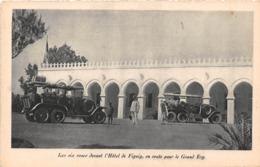 TUNISIE - Expédition Renault - Les Six Roues Devant L'Hôtel De Figuig, En Route Pour Le Grand Erg - Tunisia