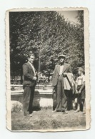 Men And Boy To The Fountain A418-253 - Personnes Anonymes