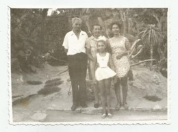 Man,Women And Girl Pose For Photo A402-253 - Personnes Anonymes