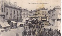 72. SABLE SUR SARTHE. CPA. ANIMATION COMMERCES MARCHE PLACE DE LA MAIRIE. ANNEE 1930 + TEXTE . - Sable Sur Sarthe