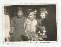 Girls,dog And Boy Pose For Photo  A347-253 - Personnes Anonymes