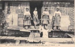 Thème  Métiers . Tapisserie.Tannerie.  37  Château Renault . Le Lavage Des Peaux      (voir Scan) - Artisanat
