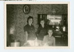Femme Woman Fille Girl Teen Ado  Famille Intérieur Reflet Photographe Meuble 50s 60s - Personnes Anonymes