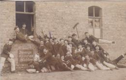 AK Gruppe Deutsche Soldaten - Humor Besen - Immer An Der Wand Lang - 11.100 - Foto Förster, Riesa - 1. WK (44319) - Guerre 1914-18