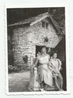 Woman And Girl Pose For Photo A372-253 - Personnes Anonymes
