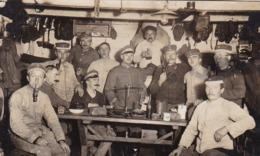 AK Deutsche Soldaten In Unterkunft - Essgeschirr Brot Waage Pfeifen - 1918 (44324) - Guerra 1914-18
