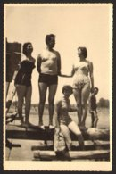 Naked Trunk Man And Three Bikini Women On Beach Old Photo 9x14 Cm #29273 - Personnes Anonymes