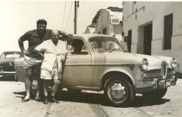 """5590 """" IN POSA DAVANTI AD UNA ALFA ROMEO GIULIETTA (ANNI '60) """" FOTO ORIGINALE - Coches"""