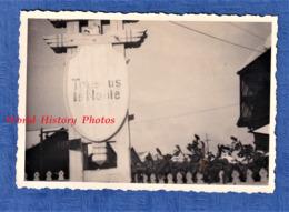 Photo Ancienne D'un Soldat Allemand - TOUSSUS Le NOBLE - Panneau Allemand à L'entrée De L' Aérodrome ?  - TOP RARE WW2 - Aviation