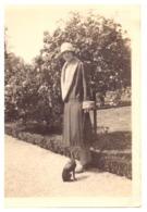 """FEMME ELEGANTE PROMENE SON CHIEN A"""" BAGATELLE  JUIN 1928""""PHOTO SEPIA - Personnes Anonymes"""
