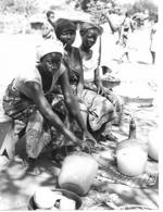 Photo R. Centrafricaine. Jeunes Femmes Vendant Du Vin De Palme Années 1980  Photo Vivant Univers - Afrika