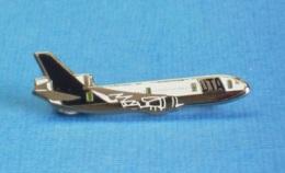 1 PIN'S //  ** AVION / BOEING 747 COMPAGNIE UTA / UNION De TRANSPORTS AÉRIEN ** . Double Attaches - Avions