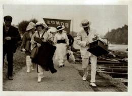 HENLEY REGATTA  THREATENED BY RAIN LADY CARRYING A WATERPROOF  21*16 CM Fonds Victor FORBIN 1864-1947 - Photos
