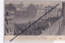Ay (51) Révolution En Champagne Avril 1911-Dans Les Rues D'Ay Manifestants Et Dragons En Présence - Ay En Champagne