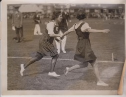 OXO GIRLS SPORT AT CATFORD RELAY RACE  20*15 CM Fonds Victor FORBIN 1864-1947 - Photos