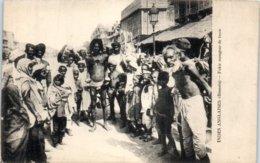 ASIE  - INDE - Bénarès --  Fakir Mangeur De Terre - India