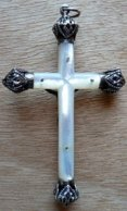CROIX-001 Superbe Croix Ancienne De Communion En Nacre Aux Extrêmités En Ag (poinçon) Finement Ouvragées - Religion & Esotericism
