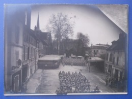 Photographie En Noir Et Blanc - Aisne - Nogent L'Artaud - Militaires Sur La Place Du Marché - Lieux